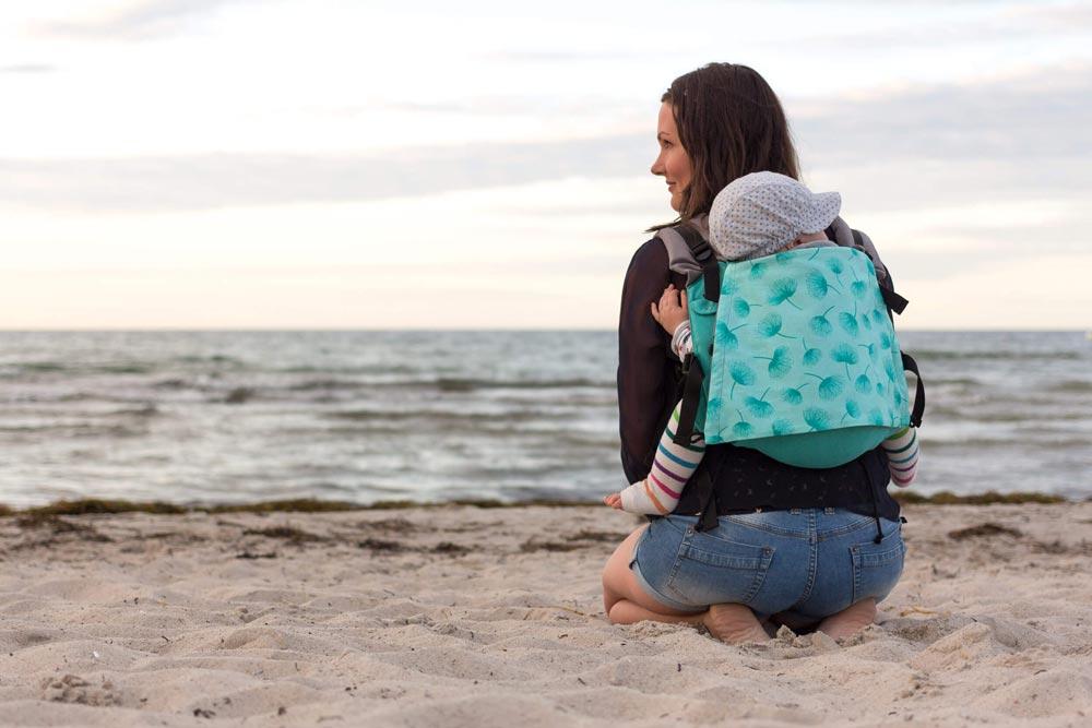BuzziBu Onbuhimo Babytrage am Strand