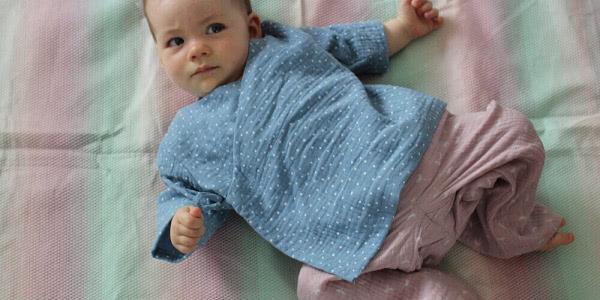 Sonnenschutz für Babys: Sommerhitze und Gelsenplage - unser Tipp: Tragekleidung!