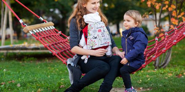Wie Babytragen Eifersucht unter Geschwistern minimiert